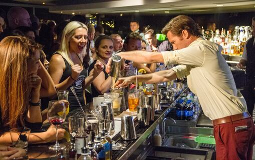 cocktail classes in a bar